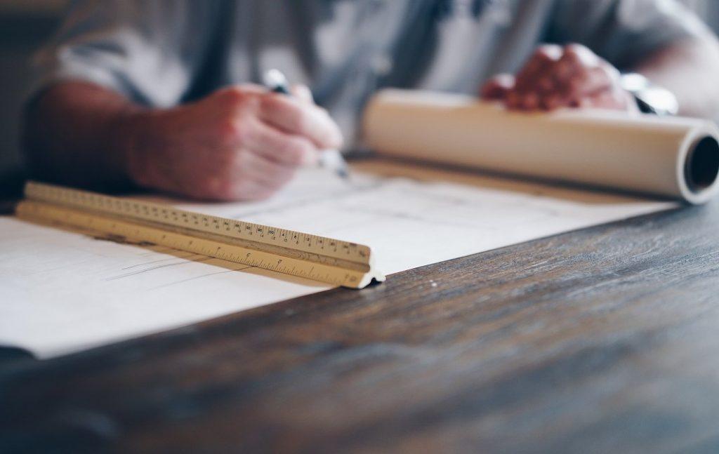 B2B Customer Journey Mapping - Hände mit Stift auf Entwurf