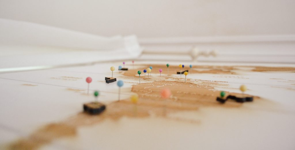 Pins auf Karte B2B Customer Journey Tracking